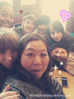 Foto con mi profesora y compañeras :)