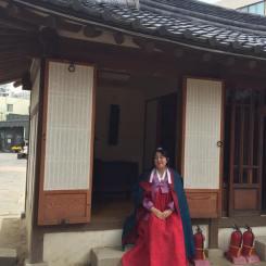 Nunca me había probado un hanbok! Si vienen a Corea pueden arrendar uno o también a muchos lugares donde puedes vestirlos gratis!